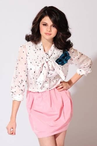 http://socialbutterflies.files.wordpress.com/2009/05/selena-gomez-pink2.jpg?w=333&h=500
