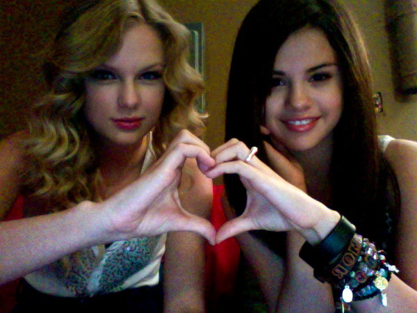 LA CHICA DEL METRO { nick y tu } { romantica,mas que nada }  - Página 6 Taylor-swift-and-selena-gomez-heart